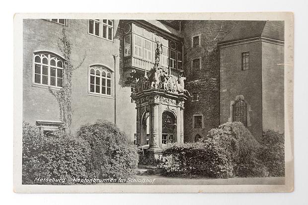 Fundstück Postkarte 1941 - Schloss Merseburg - Kirchgang und Neptunbrunnen